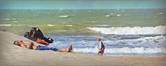 Pas trop dur? Sur la plage d'Ostende, Belgium (claude lina) Tags: claudelina belgium belgique belgië ostende mer sea plage beach merdunord noordzee sable cabine