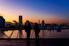 Yokohama Minato Mirai 21 view from a Rooftop of Osanbashi Yokohama at Twilight : 横浜・大さん橋くじらのせなかよりみなとみらい21を展望 (Dakiny) Tags: 2018 winter december evening twilight japan kanagawa yokohama nakaku nakaward kaigandori city street park osanbashi deck wooddeck kujiranosenaka whalesback landscape sea sky people nikon d750