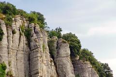 81 - Ardèche - Vogüé les falaises au dessus du village (paspog) Tags: france ardèche vogüé août august 2018 falaise falaises klippe klippen cliff cliffs