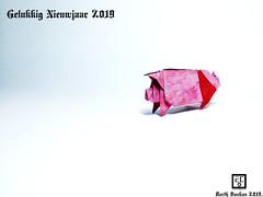 Gelukkig Nieuwjaar 2019 (Magic Fingaz) Tags: cochon pig origamipig porc maiale 猪 svinja cerdo सूअर babi 豚 beraz varken porco свинья свиња หมู domuz schweinbonneannée2019paperfoldinghappynewyear2019craftmfpppliagedepapier
