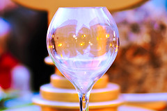 Even if you do not say it - Aunque no lo digas (Fnikos) Tags: plaça plaza street ajuntament table glass copa decoration christmas building night nightview nightshot dark light colours reflection bokeh outdoor