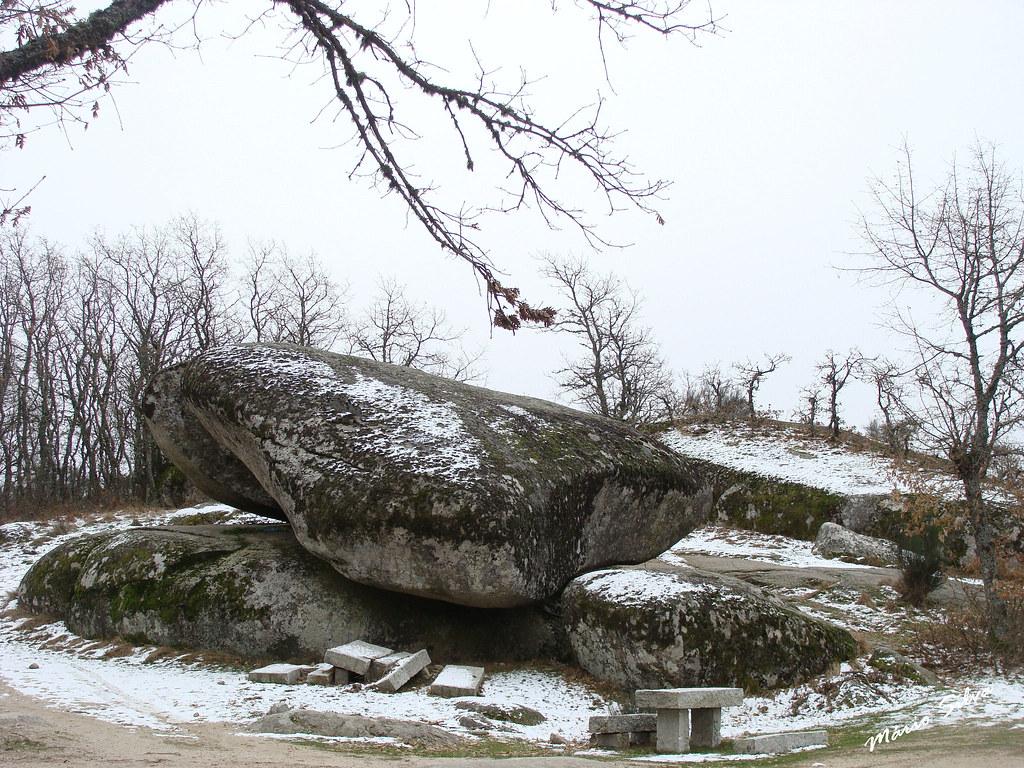 a Pedra Bolideira com neve ...