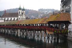 Kapellbrücke (Weingarten) Tags: schweiz switzerland svizzera suisse luzern lucerne grauersonntag dimanchemaussade domenicauggiosa lucern greysunday jesuitenkirche eglisedesjésuites jesuitchurch église chiesa kirche church reuss kapellbrücke brücke bridge pont ponte