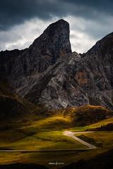 La route au pied du colosse (daicaphoto) Tags: extérieur dolomites montagne nature sentier italie pierre randonnée panorama arbres forêt trecime