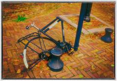 Wounded Bike (myphotomailbox) Tags: rotterdam netherlands delfshaven outdoor bike fiets straat geel bizikleta велосипед 自行車 fahrrad cykel bicikli אופניים ποδήλατο fyts sepeda reiðhjól sykkel rower cursoriam bisiklet voorhaven