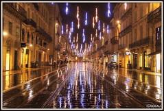 Quand la pluie s'invite, la magie opère ! (Les photos de LN) Tags: bordeaux portdelelune gironde nouvelleaquitaine coursdelintendance rails tram lumière pluie illuminationsdenoël bâtiments avenue