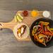 Die Zutaten für das Hellofresh Rezept: Die Zutaten für das Hello Fresh Rezept: Vegetarische Fajitas mit Paprika & Pilzen selbst gemachter, scharfer Soße und Limettenschmand in der Aufsicht auf einem Brettchen