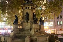 Frankfurt_Rossmarkt_Gutenberg-Statue (Graf Herrmann) Tags: 11 2018 frankfurt gebäude genre hochhaus jahr langebelichtung motiv skulpturen stadt