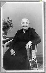 tm_6044 (Tidaholms Museum) Tags: svartvit positiv fotografier kvinna korgstol möbel porträtt blomvas