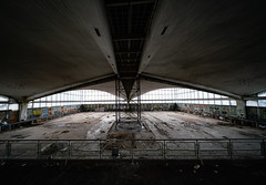H-Schale (Ni1050) Tags: voigtlanderheliarhyperwide10mmf56 a7r2 a7rii a7rm2 voigtländer 10mm ww weitwinkel ultraweit ultrawide halle schale architektur architecture saal hall lostplace verlaten derelict vandalism urbex urbanexploration ninicrew 2018 ninis ni1050 sony ilce7rm2 parkett holzboden abandoned verfall decay abandonment