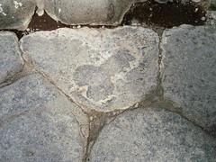 Pompeya...indicando el lupanar. (EduOrtÍn.) Tags: piedra calle señalización pompei pompeya italia campania eros arqueología