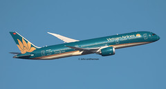 VN-A871 VIETNAM AIRLINES 787-9 (john smitherman-http://canaviaaviationphotography.) Tags: vna871 vietnamairlines boeing boeing787 dreamliner london londonheathrow heathrow egll lhr fly flight flug flughafen canon 1dmk4 100400l takeoff jet jetliner 787 7879 boeing7879 plane planespotting aviation aircraft airliner airplane aeroplane airport