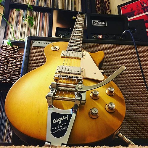 My goodness. What do you get when you add a @bigsby to your LP and then play it through a @greeramps Mini Chief? A friggin goldmine. Damn fine guitar from @dgleichsner! - Happy #gibsunday everyone! #gibson #tonethrone #ETtonehome #gearybusey #jamesearlton