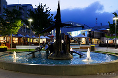 20181107-03-Fountain in Salamanca Square (Roger T Wong) Tags: 2018 australia carlzeiss35mmf28 hobart rogertwong sel35f28z salamancasquare sonya7iii sonyalpha7iii sonyfe35mmf28zacarlzeisssonnart sonyilce7m3 tasmania bluehour evening fountain