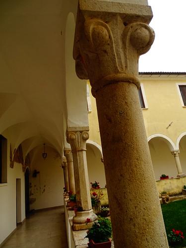 Particolari sulle colonne del chiostro