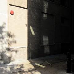 Rot und Schwarz / The Red and the Black (bartholmy) Tags: washington dc alley gasse poller bollard alarm firealarm alarmglocke schatten shadow baum tree fenster window ziegel bricks minimal minimalism minimalismus minimalistisch abstrakt abstract