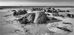 Baie du Kernic  -  Plouescat  - Bretagne (suignard bruno) Tags: plouescat finistère bretagne cotedeslégendes kernic brittany sand rock rocher sable poselente longexposure sea mer brunosuignard nb bw noiretblanc blackandwhite monochrome paysage landscape seascape cof046dmnq cof046mchi cof046mari cof046patr cof046mark cof046dero cof046cg