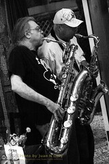 Marko Novachcoff and Skeeter Shelton [50D-1902GS] (Juan N Only Music Photos) Tags: music jazz freejazz boxdeserter bohemianhomeinexile cafe lepetitzinc detroit michigan grayscale blackwhite monochrome saxophone baritonesaxophone tenorsaxophone improvisation avantgarde creative experimental may 2010 juannonly blackandwhite musicians
