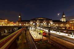 Hamburg Hbf (Lilongwe2007) Tags: hamburg hbf hauptbahnhof züge eisenbahn verkehr öpnv rb re7 sbahn strichspuren nacht dämmerung blaue stunde beleuchtung mond himmel deutschland