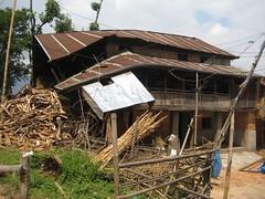 Une maison risquant de s'effondrer au Népal (infoglobalong) Tags: bénévolat humanitaire stage bâtiment construction reconstruction catastrophe séisme tremblementdeterre maison structure chantier asie népal