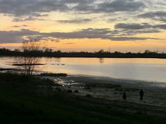 Sonnenuntergang an der Weser (Phirasaphilo) Tags: bremen werser sonnenuntergang sunset solnedgang solnedgång coucherdesoleil dämmerung dawn abenddämmerung abendhimmel weser