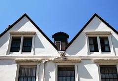 niet symmetrisch (roberke) Tags: windows ramen vensters huis house detail sky lucht blauw bleu blue cornwall zonlicht sunlight sun zon schaduw shadow outdoor buiten