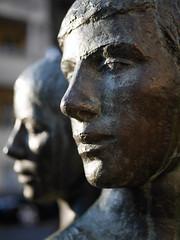 Das Paar. / 16.11.2018 (ben.kaden) Tags: berlin pankow carinkreuzberg sitzendesliebespaar 1976 amalienpark bildhauereiderddr kunstderddr kunstimöffentlichenraum kunstimstadtraum skulptur 2018 16112018
