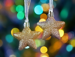 Twinkle Stars (Through Serena's Lens) Tags: flickrfriday stars decorations ornaments shining sparkling glitter colorful bokeh closeup canoneos6dmarkii golden