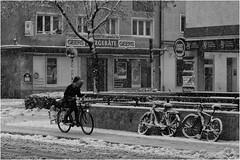 Das Stadtviertel, wo ich lebe (60) (Janos Kertesz) Tags: old architecture black white town city vintage building bicycle europe street bike transport maxvorstadt winter münchen munich bayern bavaria schnee snow fahrrad