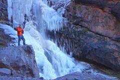 ¿Contando los litros por minuto? (KRAMEN) Tags: cascadas ighoulidene maroc marruecos morocco mountains falls waterfalls water piedra stone agua hielo ice man fall waterfall