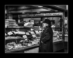 Monsieur Jo. (francis_bellin) Tags: chapeau málaga andalousie streetphoto street homme photoderue manteau noiretblanc monochrome hiver espagne rue janvier bw 2019 étal blackandwhite