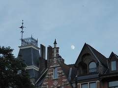 Almost full (seikinsou) Tags: brussels belgium bruxelles belgique summer midsummer square marielouise dusk moonrise fullmoon roof house