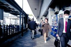 L1005061 (kaichung) Tags: street leica leicamp leicasummicron35mmf20 35mmf20 japan city cityscape architecture cityofjapan citylight streetphotography streetpeople streetleica monochrome blackwhite blackandwhite kyoto 窗戶 人 建築物 路 單色 京都