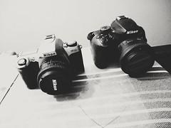 Evolución: Nikon Micro Quartz Date (N65) fines de era analógica vs Nikon D3400, 16 años y un mismo estilo de diseño. (gustavoantonioromeromurga) Tags: nikon n65 d3400 50mm 35mm analogic film peru lima 2018 diseño design camera photograpy