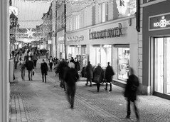 After-Christmas-hustle (auqanaj) Tags: amberg altstadt weihnachten christmas 2018 oldtown city street strase blackandwhite monochrome schwarzweis cobblestone kopfsteinpflaster nikon nikonafnikkor50mm114d 50mm 50mm114 d700