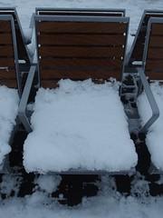 Sitzkissen (mkorsakov) Tags: dortmund hbf bahnhof mainstation bank bench schnee snow sitzkissen seatcushion weiss white