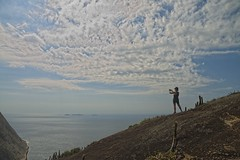 Ana fotografando do topo (mcvmjr1971) Tags: red nikon d800e lens sigma 2435 art f20 mmoraes pedra do costão itacoatiara niteroi brasil 2019 nove de janeiro verão trilha praia