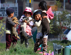 joie enfantine Bolivie _2623 (ichauvel) Tags: enfants children joie fun samuser playing chiens dogs enfance childhood exterieur outside altitude ville city potosi bolivie bolivia amériquedusud southamerica amériquelatine voyage travel rue street scénederue streetphotography