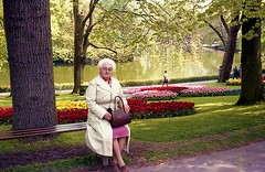 img676w (Steenvoorde Leen - 10.7 ml views) Tags: familiejanbeugelsdijklisse lisse bollnstreek keukenhof bloemenpark flowers tulips tulpen woman bollenstreek familie family people oldpictureold photooude fotozuidhollandold scan familiearchief fotoarchief janbeugelsdijk familia relatives kin proches faniglia parentado