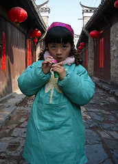 Little Girl in an Alley (Wolfgang Bazer) Tags: sanhe ancient town altstadt anhui china 三河 三河镇 肥西县 安徽 girl child mädchen kind alley gasse