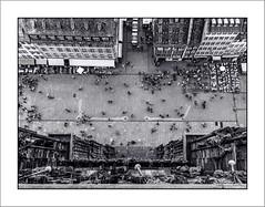 Vertige! (Francis =Photography=) Tags: europa europe france grandest alsace basrhin strasbourg notredamedestrasbourg cathédrale cathédraledestrasbourg cathedral ruemercière placedelacathédrale sol architecture bâtiment ville personnes gens peoples terrassesdecafé route