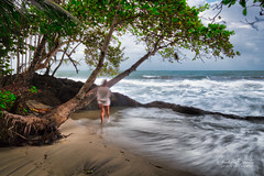 Risque et relaxe/Risk and relax/riskera och slappna av (Elf-8) Tags: beach sea caribbean palmtree coral sand wave relax risk person costarica