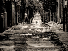 jeu de ruelle (photosgabrielle) Tags: personnage montreal sepia streetphotography urbain urban ruelle alley child monochrome