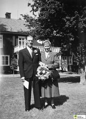 tm_6067 (Tidaholms Museum) Tags: svartvit positiv fotografier 1957 1950talet vigsel handväska familj balkong byggnad exteriör