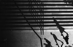 (Cédric Belotti) Tags: film argentique noiretblanc blackandwhite monochrome extérieur personnes ilford pentax pentaxk1000 marseille