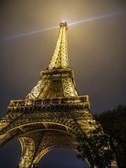La tête dans les nuages (Daniel_Hache) Tags: lumiere paris tower toureiffel eiffel night nuit tour light