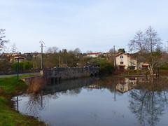 Charente: l'Argentor peine à passer sous le pont tant il est gros. (Marie-Hélène Cingal) Tags: france poitoucharentes sudouest nouvelleaquitaine charente 16