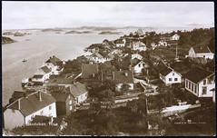 Postkort fra Agder (Avtrykket) Tags: bolighus brygge hus postkort seilbåt sjø skjærgård uthus vei arendal austagder norway