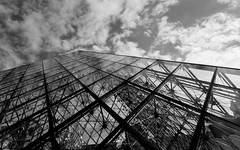 Transición Industrial. (Alejandro Lobato) Tags: blackandwhite transition industry louvre architecture architectura perspective sky paris