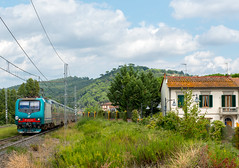 Train and Tuscany style (westrail) Tags: nikon nikkor d800 dslr f28 digicam digitalkamera afs2470 lens objektiv fotograf photographer andreasberdan omot youmademyday europa europe gleis schiene track lokomotive locomotive loco fs italien italy montelupo toskana tuscany 464463 florenz firence bombardier 3kv ac